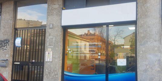 VENDITA ZONA NIGUARDA NEGOZIO CON UNA VETRINA ADIBITO A LAVANDERIA SELF-SERVICE